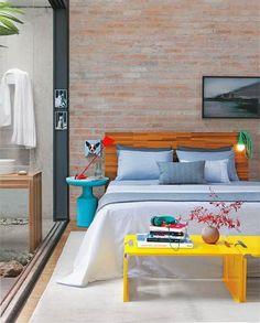 Dormitorio con pared de ladrillo a la vista