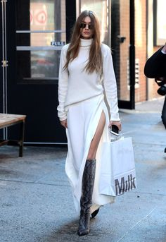 Gigi Hadid Photos Photos: Gigi Hadid Steps Out in NYC - Street Style Outfits Fashion Mode, Look Fashion, Street Fashion, Fashion Trends, White Fashion, Paris Fashion, Fall Fashion, Gigi Hadid Outfits, Gigi Hadid Style