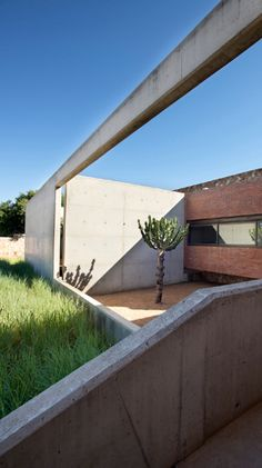 A modern stone farmhouse in South Africa - House Kleynhans, Thomas Gouws Architects, courtyard, brick, architecture Modern House Facades, Modern Architecture House, Facade Architecture, Concrete Staircase, Contemporary Barn, Farms Living, Architect House, Facade House, Built Environment