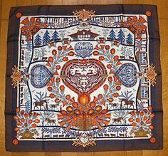 Hermès Foulard Carré « Découpages » Conçu par Anne Rosat en 1997. Unique édition---------- Anne Rosat a capturé deux techniques d'art du découpage traditionnel sur son dessin : le premier provient d'Ukraine (fin 15ème et début 16ème siècle) appelé Vytynanky, et évoluant jusqu'en Pologne au 19ème siècle (Wycinanki). Le second est une forme d'art appelé Scherenschnitte (les ciseaux coupants) remontant au 16ème siècle (Suisse et Allemagne); qui a été exporté ensuite dans l'Amérique coloniale au…
