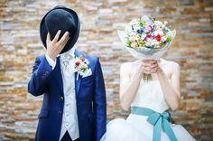 顔を隠して撮るウェディングフォトで持つアイテムまとめ | marry[マリー]