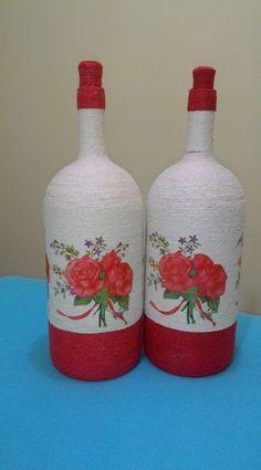 A Pronta entrega!!Procurar Derly Emidio!! Glass Bottle Crafts, Diy Bottle, Bottle Vase, Painted Wine Bottles, Bottles And Jars, Glass Bottles, Decoupage Glass, Altered Bottles, Recycled Bottles