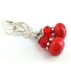 Kolczyki z kamieniami czerwonego howitu i kryształowymi oponkami.