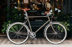 tokyobike Custom City Cycle: tokyobike has designed a custom city bike for London retailer Trunk. The limited edition, altered Bmx Bikes, Sport Bikes, Motorcycles, Dirt Bike Wedding, Bicycle Garage, Bike Poster, Speed Bike, Bicycle Women, Classic Bikes