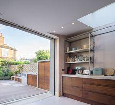 Ubicada en un área de inmuebles de conservación, esta casa de estilo Victoriano es remodelada para mejorar las relaciones entre espacios interiores y exteriores
