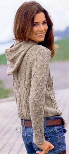 Пуловер с капюшоном и рельефным узором