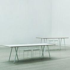 Med sitt enkle, moderne og stilrene design er Loop Stand Table ideel som spisebord eller som arbeidsbord. Loop Stand Table er en serie bord designet av Leif Jørgensen. Den enkle og moderne kolleksjonen finnes i flere varianter i sort linolium med sort aske kant, hvit laminat med kryssfiner kant og valnøtt finer med valnøtt kant. De stilrene bordbeinene finnes i pulverlakkert sort og hvitt stål. Størrelser: L 250 x D 92,5 x H 74 L 200 x D 92,5 x H 74 L 180 x D 87,5 x H 74 L 160 x D ...