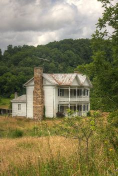 Abandoned Grace - how beautiful! Abandoned Farm Houses, Old Farm Houses, Abandoned Castles, Abandoned Mansions, Abandoned Places, Abandoned Hospital, Abandoned Amusement Parks, Old Buildings, Abandoned Buildings