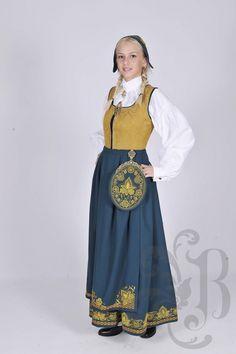 Romeriksbunad - Ny, sydd til dine mål Norwegian Clothing, Frozen Costume, Medieval Dress, Folk Costume, Nordic Style, Ethnic Fashion, Traditional Dresses, High Waisted Skirt, Live