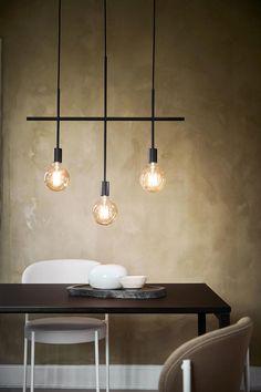 Design by Frandsen Harper 3 kattovalaisin. Syksyn 2019 uutuus – Upea Harper kattokruunu kolmella valopolttimolla. Tämä tyylikäs kattovalaisin sopii moneen sisustustyyliin ja sen upea muotoilu vangitsee katseen. Täydellinen valaisin esimerkiksi ruokailuryhmän yläpuolelle.  Harper -sarjasta saatavissa myös isompi, viiden valopolttimon kattokruunu. Farmhouse Style Dining Table, Berlin Design, New York Loft, Lamp Design, Kitchen Design, Sweet Home, Chandelier, Bulb, Ceiling Lights
