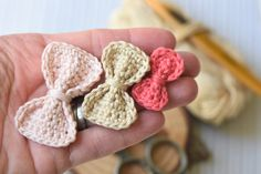 Crochet Bow Ties, Crochet Applique Patterns Free, Crochet Square Patterns, Crochet Motif, Free Crochet, Crochet Headbands, Dog Crochet, Crochet Towel, Crochet Hearts