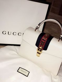 Today we are going to make a small chat about 2019 Gucci fashion show which was in Milan. When I watched the Gucci fashion show, some colors and clothings. Gucci Purses, Gucci Handbags, Luxury Handbags, Gucci Bags, Fashion Handbags, Purses And Handbags, Fashion Bags, Cheap Handbags, Cheap Bags