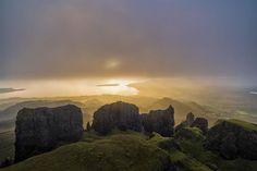 """Ilha de Skye      Estas rochas em Quiraing são chamadas de """"A Agulha"""", """"A Mesa"""" e """"A Prisão""""."""