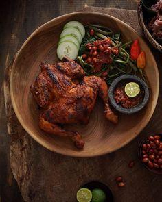 AYAM BAKAR TALIWANG Fish Recipes, Asian Recipes, Ethnic Recipes, Food Garnishes, Indonesian Food, Tandoori Chicken, Food Art, Food Photography, Menu