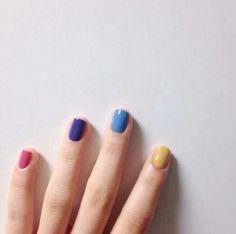 ทาเล็บหลากหลายสี แบบสีสันคัลเลอร์ฟูล ด้วยโทนเล็บสีเหลือง ฟ้า น้ำเงิน และชมพู