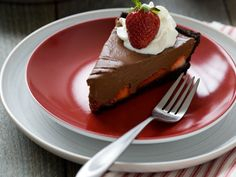 This no bake Dark Chocolate Strawberry Pie is so delicous and easy to make ! Chocolate Strawberry Pie, Chocolate Pies, Chocolate Covered Strawberries, Tarta Chocolate, Just Desserts, Delicious Desserts, Dessert Recipes, Baked Strawberries, Sweet Tarts