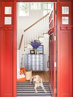 A bold red front door creates a cottage-style de casas design office interior design design Cute Cottage, Cottage Style, Red Cottage, Design Entrée, House Design, Foyer Design, Design Ideas, Design Bathroom, Design Shop