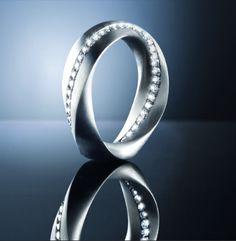 Sehr edel - der Ring Trillant Starlight in Platin mit einer unendlich verlaufenden Linie Brillanten von Edel + Metall