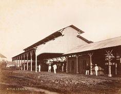 Europeanen bij een station, vermoedelijk Djoernatan te Semarang