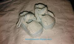 Tutorial de unos patucos, tipo bailarinas, para bebés | Padres Knitting For Kids, Knitting Socks, Baby Knitting, Knitted Booties, Baby Booties, Tricot Baby, Slipper Socks, Baby Wearing, Baby Hats