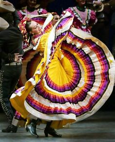 Fully of energy and bright pretty dresses, Ballet Folklorico is Mexican folklore music and dance. These dances consists of stomping with shoes that have nails in the bottom of the soles, women maki… Shall We Dance, Lets Dance, Folk Dance, Dance Art, Dance Pics, Mexican Art, Mexican Style, Ballet Folklorico, Folklorico Dresses