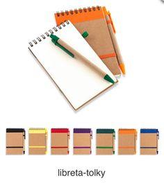 Libreta y Bolígrafo de Cartón con Cierre Elástico. Producto Ecológico. Tipo de Producto: IMPORTADO Medidas: 9 cm x 14 cm. Área de Marca: 5 cm  Técnica de Marca: Tampografía. Colores Disponibles: Amarillo, Azul, Morado, Naranja, Negro, Rojo y Verde.
