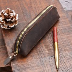 Type: Pencil BagAge: years oldUse: Schools & OfficesNovelty: NoModel Number: Pencil BagMaterial: LeatherBrand Name: handnoteSize: Leather Pencil Case, Stationary School, Ideal Shape, Pencil Bags, Leather Projects, Bag Storage, 6 Years, Retro Vintage, Zip Around Wallet