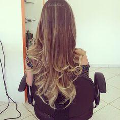 Oláaaaaaaaaaaaaaaaaa meninas Vamos falar de cabelo ?? então vamos lá .. Está em super tendência o estilo ombré hair ,coloração mantém a raiz na cor original e clareia os fios a partir da orelha, …