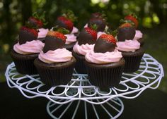 Chocolate Covered Strawberry Cupcakes Yum! #Food #Drink #Trusper #Tip