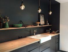 Cuisine noir mat et bois – élégance et sobriété