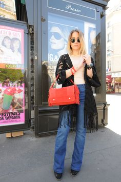 A special shoutout to Amélie with the .Kate Lee UMA style in splendid red ! Fringes is a such a timeless trend, along with this color that can go with any outfit and make it pop ! @ameetslloyd  #katelee #bag #style