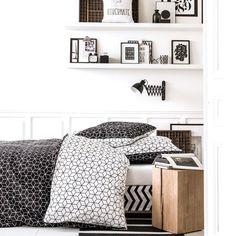 Une parure de lit graphique, Delamaison.fr Cosy Bedroom, Floating Shelves, Comforters, Sweet Home, Throw Pillows, Blanket, Inspiration, Furniture, Home Decor
