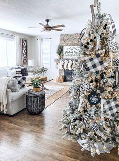 Flocked Christmas Trees Decorated, Black Christmas Trees, Plaid Christmas, Beautiful Christmas, Christmas Home, Merry Christmas, Christmas Recipes, Christmas Wreaths, Xmas