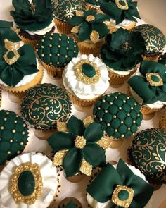 10 stunning emerald green tool designs - decorating stunning emerald green tool designs bedroom gray ideas gorgeous trends Color schemes and design ideas for bedroom colors Dream bedroom makkari Gold Cupcakes, Gold Cake, Green Cupcakes, Beautiful Cakes, Amazing Cakes, Kreative Desserts, Emerald Green Weddings, Emerald Green Dresses, Green Cake
