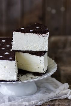 Cream Cake | Kanela y Limóningredients: 160g oreo cookies (without the white part)  20g butter, melted  300ml whipping cream (35% fat)  100g condensed milk  4 sheets of gelatin  In addition:  Icing sugar to decorate