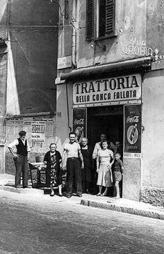 Via Chiesa Rossa Trattoria 1950 Milan, Antique Photos, Vintage Photographs, Vintage Italy, Vintage Shops, Old Pictures, Old Photos, Trattoria Italiana, Italian People