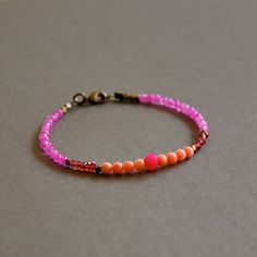 Bracelet pierres semi précieuses roses et perles bronzes : Bracelet par kanakeis
