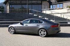 Jaguar #XF grau seitlich *Verbrauchs- und Emissionswerte F-TYPE, XE, XF, XJ, XK, inklusive R-Modelle: Kraftstoffverbrauch im kombinierten Testzyklus (NEFZ): 12,3 – 3,8 l/100km. CO2-Emissionen im kombinierten Testzyklus: 297 – 99 g/km.