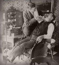 Pues no se si era con anestesia o no, pero lo que si se ve que se usaban herramientas no muy sofisticadas, yo creo era un martirio ir al dentista a principios del siglo pasado!!!
