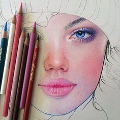 En este retrato hecho a lápiz de color podemos ver la mitad de una cara. El mayor peso visual de este trabajo se encuentra en los labios de la chica al ser el color más llamativo de la imagen. El azul del ojo también tiene un gran peso visual ya que contrasta enormemente con el resto de colores que son en su mayoría de un tono rosa.