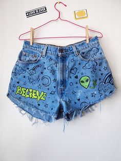 ****stay tuned for more doodle shorts in different sizes!**** Just like high school again! These vintage LEVIS denim shorts have been hand Painted Jeans, Painted Clothes, Painted Shorts, Grunge Fashion, Diy Fashion, Fashion Outfits, Mode Chic, Mode Style, Diy Clothing