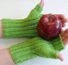 Whether you're exploring chilly city streets or a frosty forest, these Winding Way Mitts will keep your hands warm in style. Your kit includes a pattern and one skein of Cascade 220 Sport, a fast-knit yarn with excellent stitch definition. Featuring an eye-catching stitch design and coverage for your thumbs, these cute mitts will come in handy throughout the year.