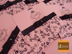Impressão do envelope em color plus rosa 180g | Convite em Alaska 180g | Fita de cetim e laço chanel duplo | strass | saquinho plástico individual | adesivo para fechar. R$ 3,90