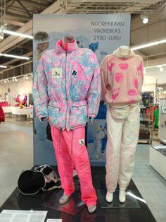 Laaja valikoima koko L-Fashion Groupin vaatteita. Erikoisuuksina pieni museo-osuus vanhoine vaatteineen sekä toimiston yläkerran maisemakahvila.