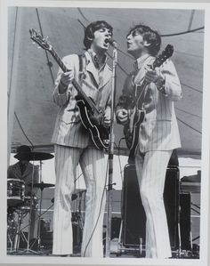 _John Lennon, Paul McCartney and/e Ringo Starr; The Beatles; August de agosto de _Source/Fonte: Meet The Beatles for. Stuart Sutcliffe, The Beatles Live, Band On The Run, John Lennon Paul Mccartney, Beatles Photos, Recorder Music, The Fab Four, John Paul, Ringo Starr