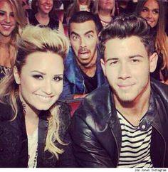 Joe Jonas Photobombs Demi Lovato and Nick Jonas Pic!   Cambio