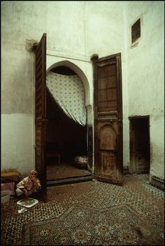 Fez, interior of a tradition home, 1984. http://www.whenevermarrakech.com/fez-hostels-1/ http://www.marrakechrougehostels.com/fez/