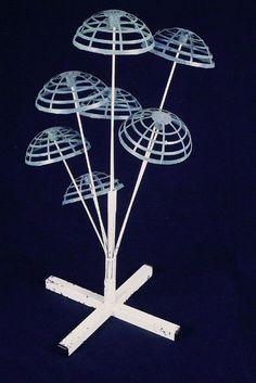 Wit gelakte metalen standaard, kruisvoet met middenin een buis waarlangs zeven omhoogwijzende staafjes met kunststof halve bollen - standaard / etalagemateriaal - 1955 /1965