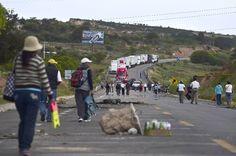 Los maestros bloquean la entrada del poblado de Nochixtlán en Oaxaca el 4 de julio de 2016