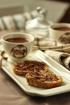 Chocolat chaud et tartines au chocolat